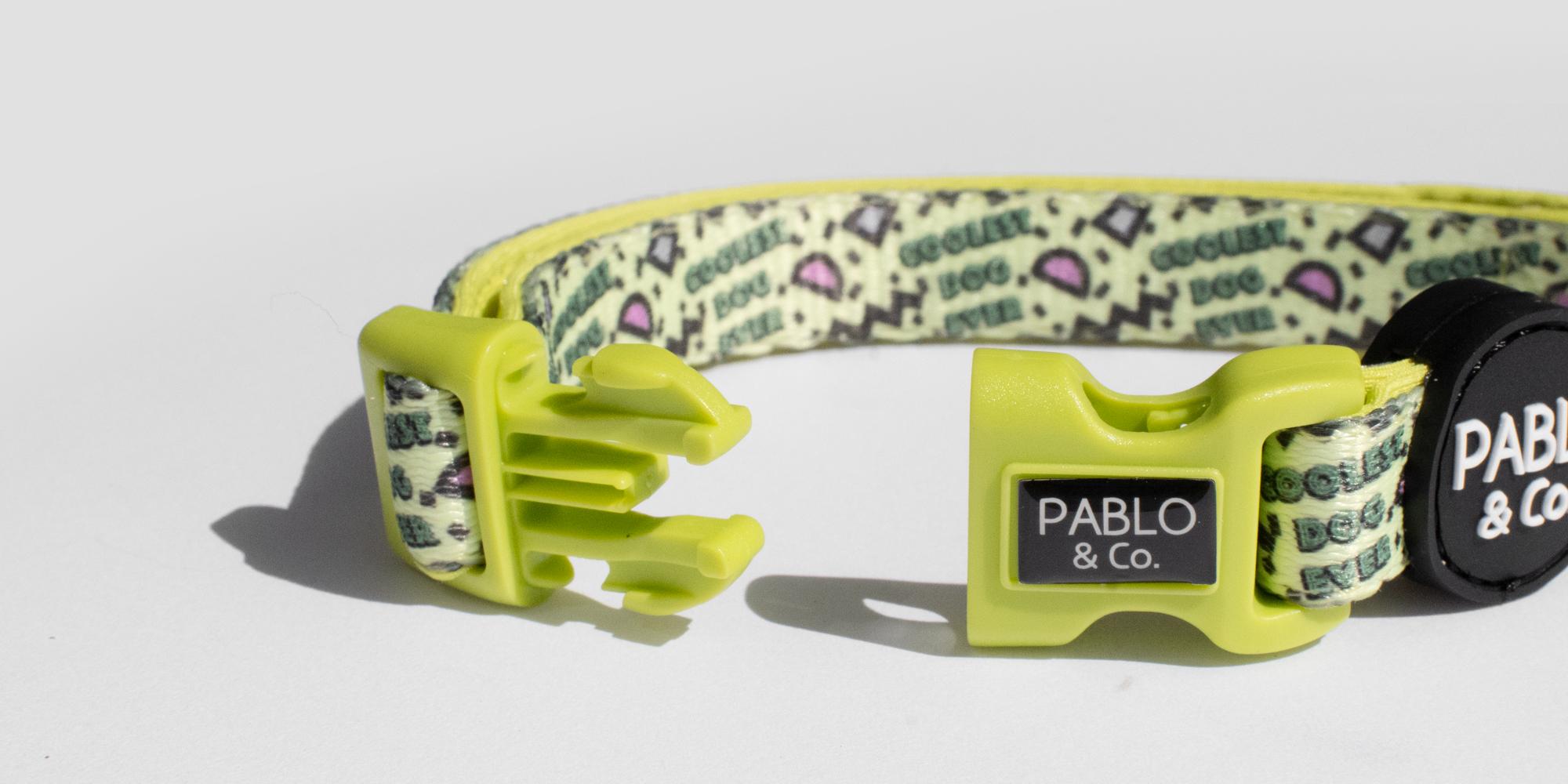オーストラリアのドッグブランド「Pablo & Co.(パブロ&コー)」のピンク&トラ模様の首輪。バックルは片手で簡単に装着できます。